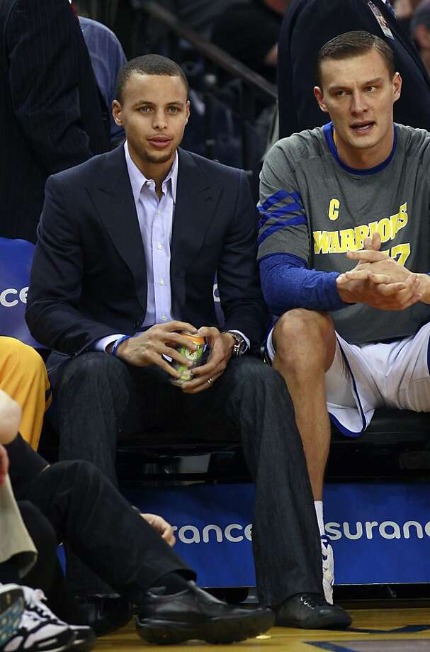 Stephen Curry (left) hasn't played since March 11 and has missed 21 games this season. Photo: Jeff Chiu, Associated Press