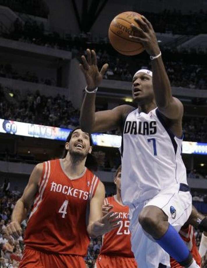 Dallas Mavericks' Lamar Odom (7) gets by Houston Rockets' Luis Scola. (Tony Gutierrez / Associated Press)