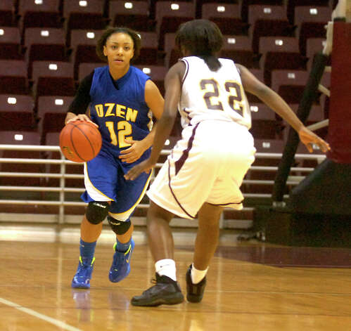 Ozen's Asia Booker controls the ball as Summer Creek's Ravin Lott guards at the M.O. Campbell Center in Aldine, Friday, February 17, 2012. Tammy McKinley/The Enterprise Photo: TAMMY MCKINLEY