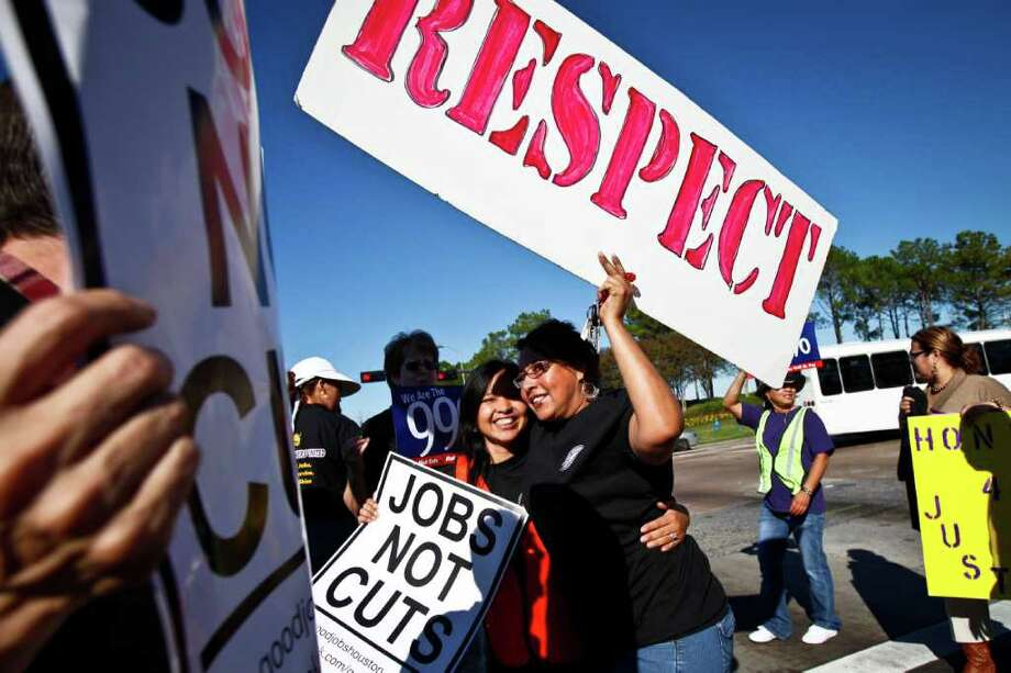 Martina Grifaldo, der., abraza a Maria Xiguin, izq., durante una manifestación de trabajadores del aeropuerto Bush International, en Houston, el año pasado, a favor de mejores pagas para los conductores de carritos de cortesía. Photo: Michael Paulsen / © 2011 Houston Chronicle