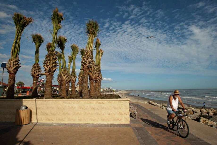 En Galveston, Mike Jarrett pasea por el malecón. Photo: Thomas B. Shea / © 2011 Thomas B. Shea