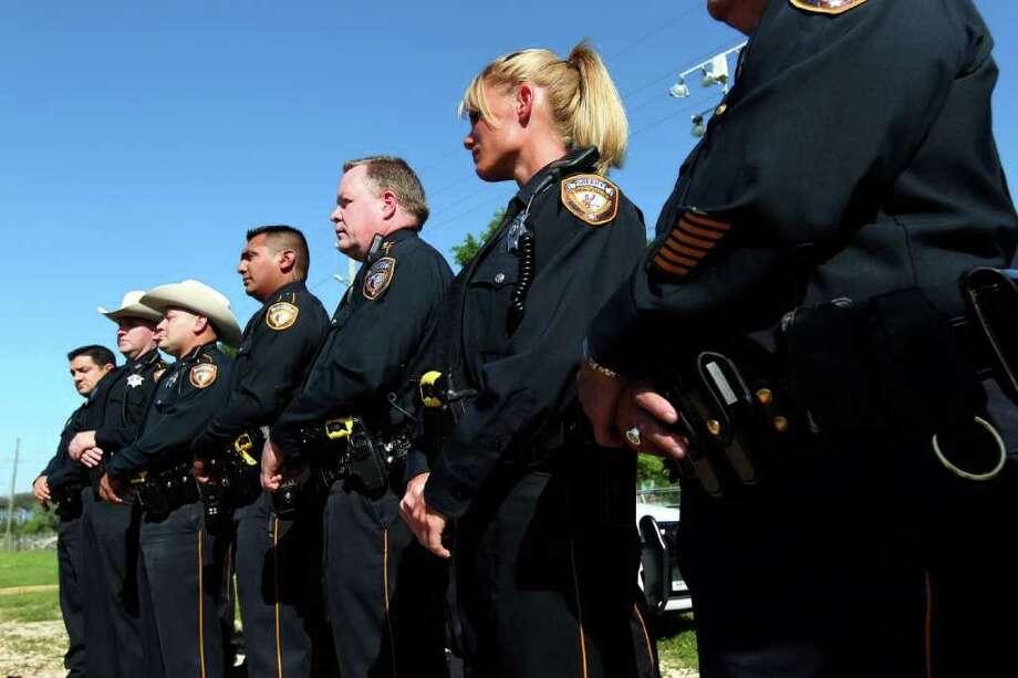 En Tomball, alguaciles de la zona de Houston escuchan el lunes al sheriff del Condado de Harris, Adrián García. Photo: Johnny Hanson / © 2012  Houston Chronicle