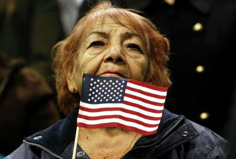 Muchos latinos, como María Griffith, de El Salvador, se naturalizan y eso les permite votar. Pero no todos tienen una licencia de conducir. Photo: Johnny Hanson / © 2012  Houston Chronicle