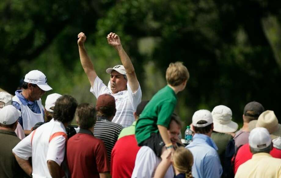 Fred Couples stretches as the gallery watches at the 18th hole of the first round. (Nick de la Torre / Houston Chronicle)