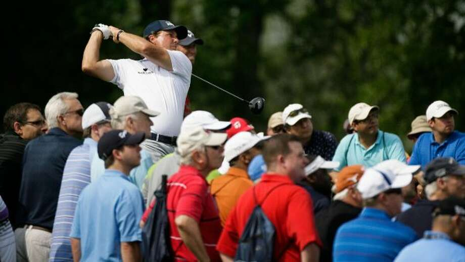 Phil Mickelson tees off at the 18th hole to finish the first round. (Nick de la Torre / Houston Chronicle)