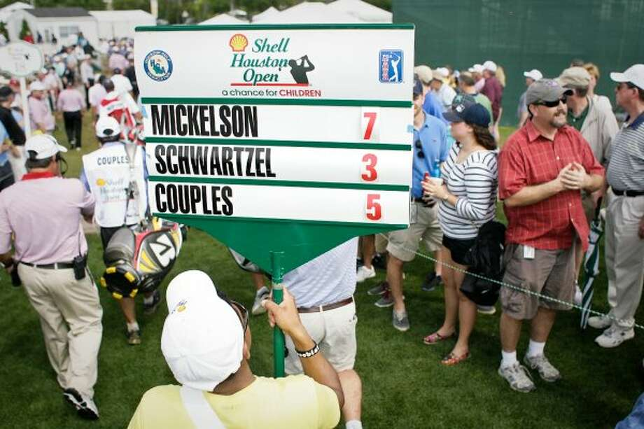 Phil Mickelson ties the lead after the first round. (Nick de la Torre / Houston Chronicle)