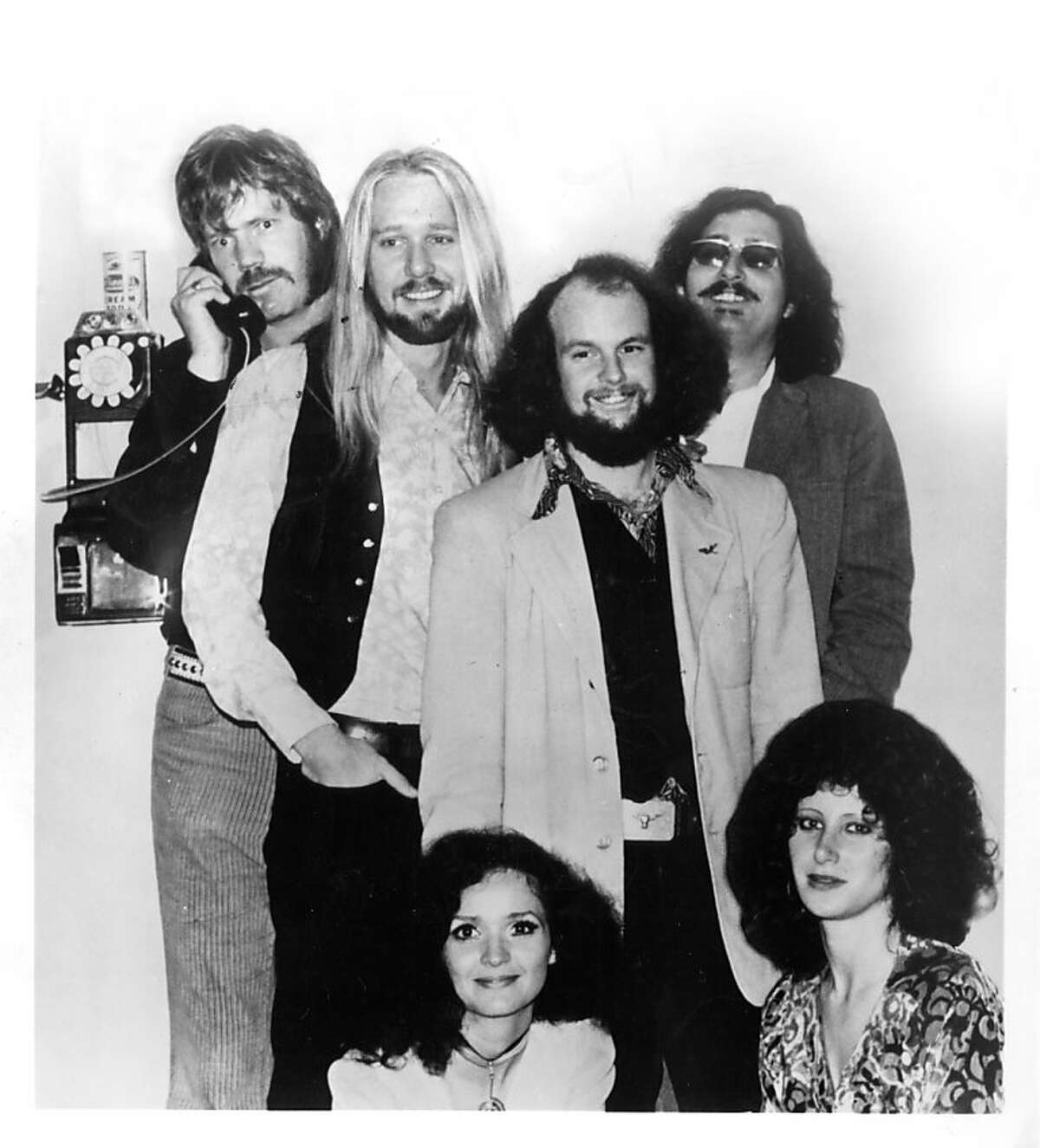 Music vocal Dan Hicks and His Hot Licks L to R: Hicks, Page, Girton, Jaime Leopold, (seated) Price, Eisenberg 1973 March