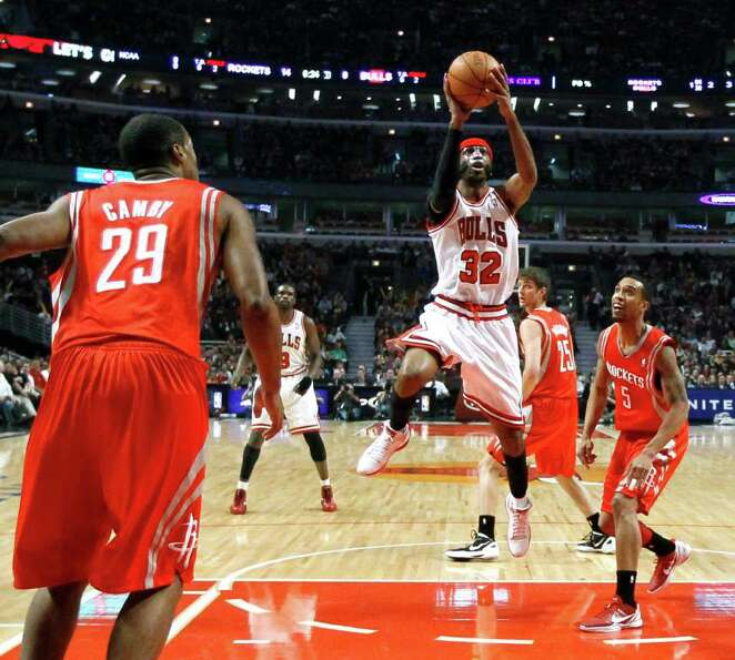 Chicago Bulls guard Richard Hamilton (32) shoots between Houston Rockets center Marcus Camby (29) an