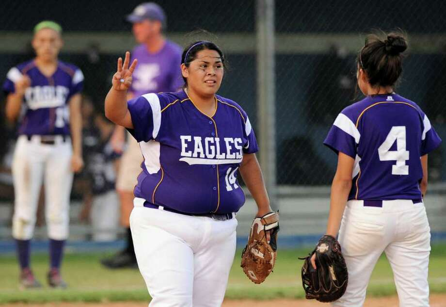 Brackenridge pitcher Gabby Esparza (center) discusses a call with Victoria Cervantes in their district win over Southside. Photo: Darren Abate, For The Express-News