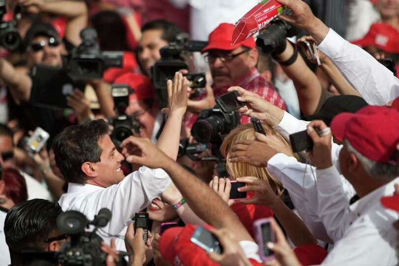 Mexican presidential candidate Enrique Pena Nieto (L), from the Institutional Revolutionary Party (P