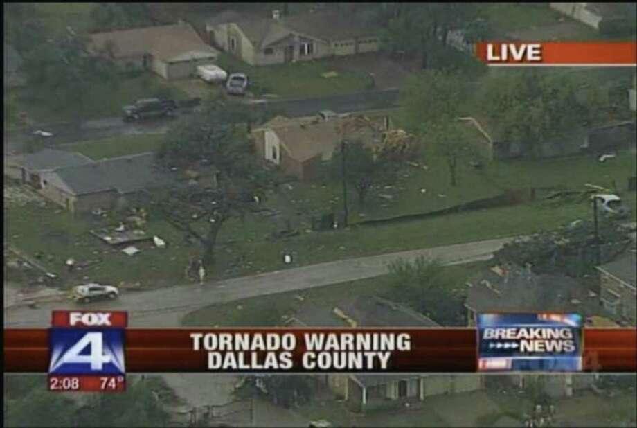 Esta imagen de la emisora KDFW-TV muestra parte de los daños causados por  tornados el martes 3 de abril en la zona de Arlington, Texas. / KDFW-TV