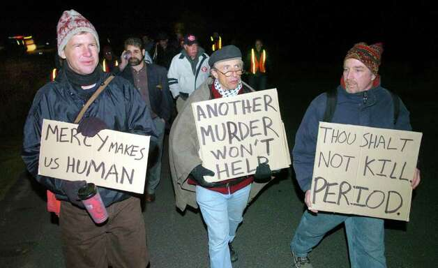 FILE — Stephen Kobasa, Bridgeport, (center), was one of several hundred to walk from shaker field to the site of Michael Ross' execution in the early morning hours on Friday, May 12, 2005, for a vigil as the execution was carried out. Photo: Jeff Bustraan, Connectcut Post / Connecticut Post