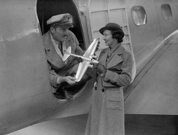 Pilot Roscoe Turner shows his wife a model of the Boeing Model 80 on Oct. 19, 1934 at the airfield in Mildenhall, U.K. Photo: R. Wesley, Getty Images / Hulton Archive