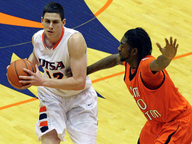 UTSA's Jeromie Hill (left) averaged 12.5 points and 6.4 rebounds per game this season for the Roadrunners. Photo: EDWARD A. ORNELAS, SAN ANTONIO EXPRESS-NEWS / eaornelas@express-news.net