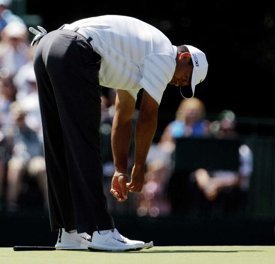 A missed birdie opportunity on the 15th green Saturday leaves Tiger Woods hung over in disbelief. Photo: Charlie Riedel / AP