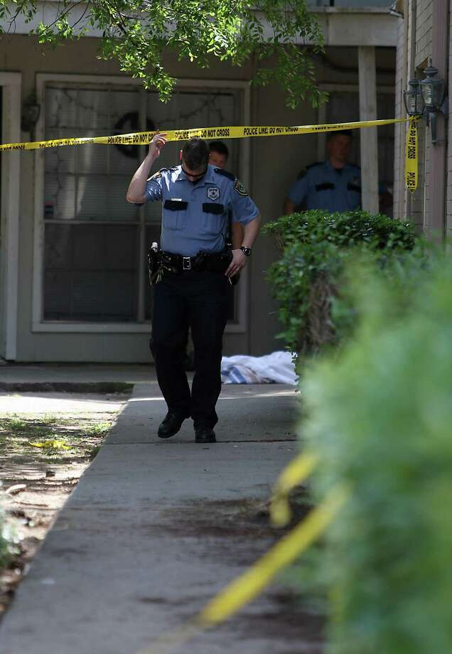 Houston Police investigate the scene of a double shooting at the City View Place Apartment complex at 16826 City View Place on Wednesday. One man died and another person was transported to a local hospital with unknown injuries. Photo: Karen Warren / © 2012  Houston Chronicle