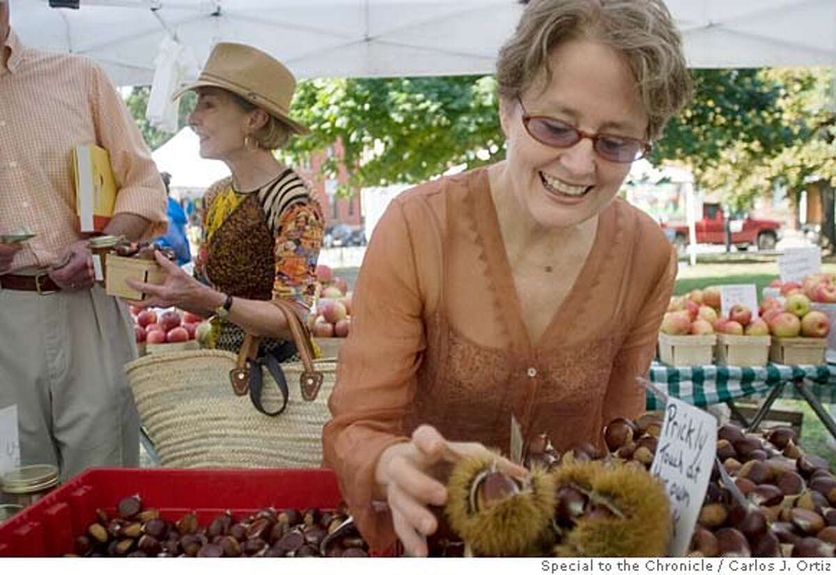 Alice Waters shops for food as she visited the Green City Market in Chicago�s Lincoln Park neighborhood on Saturday October 6, 2007. Photo by Carlos J. Ortiz/San Francisco Chronicle.