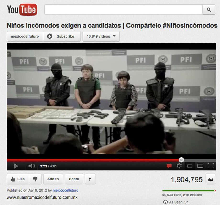 Esta imagen tomada del sitio web de YouTube de un video titulado ?Niños Incómodos? muestra a niños posando junto a armas de alto calibre, en un caso que conmocionó a México. / AP