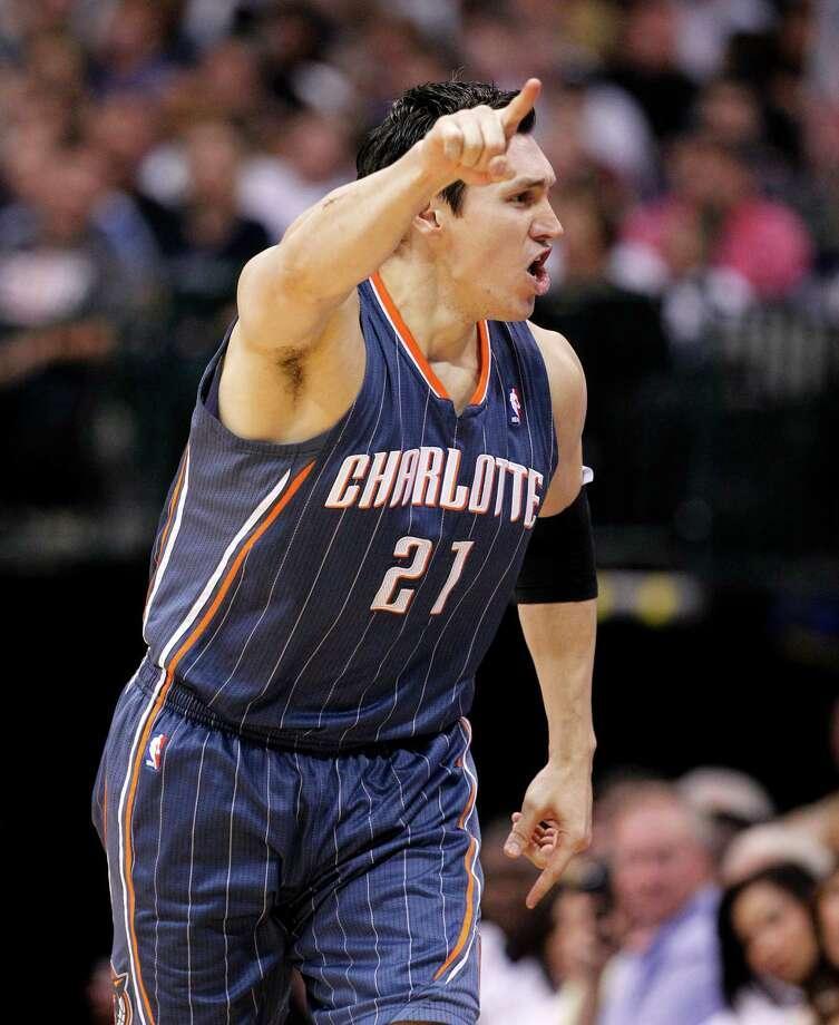 El jugador de los Bobcats Eduardo Nájera, en un juego reciente de Charlotte en una visita a Texas para medirse con Dallas Mavericks. Photo: Tony Gutierrez / AP