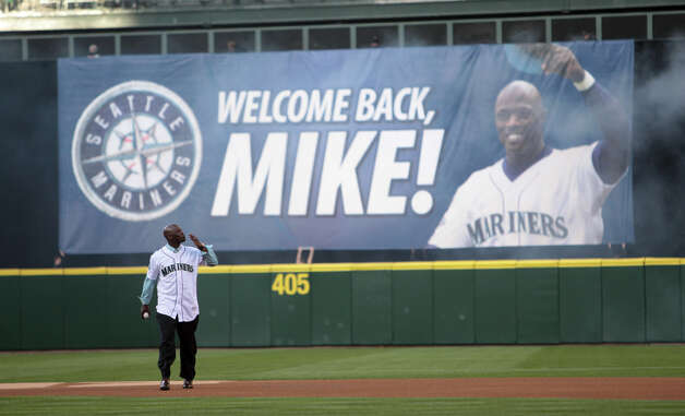 Newly retired Mariner Mike Cameron blows a kiss to fans before the game. Photo: JOSHUA TRUJILLO / SEATTLEPI.COM