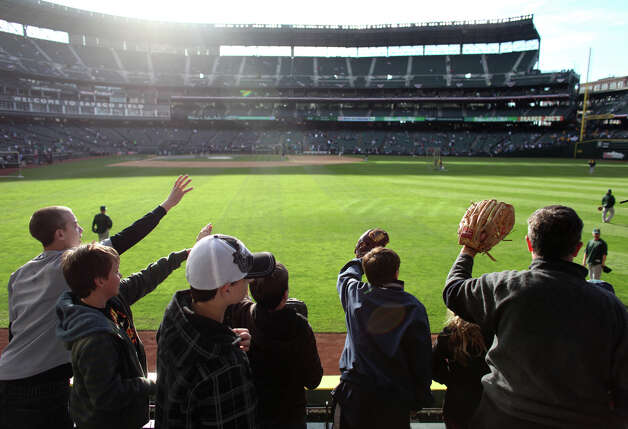 Fans try to catch batting practice balls before the game. Photo: JOSHUA TRUJILLO / SEATTLEPI.COM