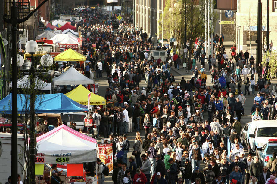 Fans converge on Safeco Field. Photo: JOSHUA TRUJILLO / SEATTLEPI.COM
