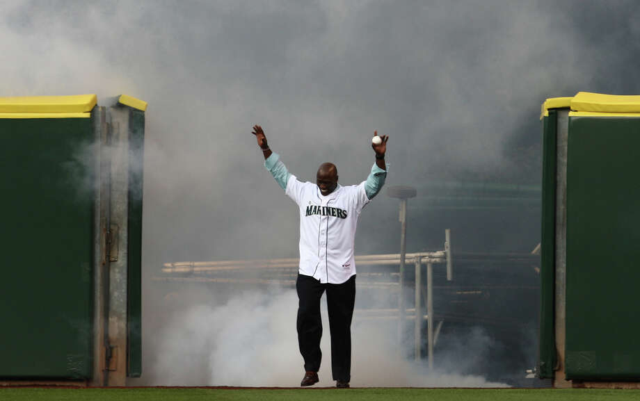 Newly retired Mariner Mike Cameron is welcomed onto the field before throwing the ceremonial first pitch. Photo: JOSHUA TRUJILLO / SEATTLEPI.COM