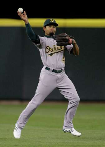 Oakland's Coco Crisp fields a single hit by Ichiro Suzuki in the fourth inning. Photo: AP