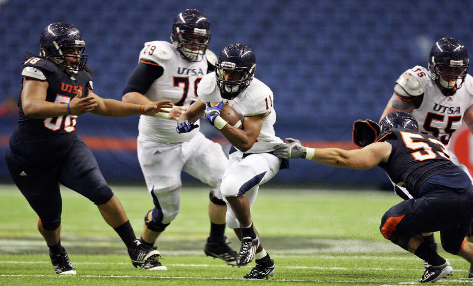 David Glasco II (center) looks for running room between Ferrington Macon (left) and Brandon Reeves (right) during the 2012 UTSA Football Fiesta Spring Game, Sunday, April 15, 2012 at the Alamodome. Photo: EDWARD A. ORNELAS, San Antonio Express-News / © SAN ANTONIO EXPRESS-NEWS (NFS)