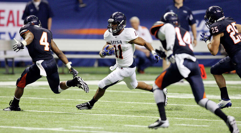 David Glasco II (center), who finished with 58 yards on 11 carries, looks for running room during UTSA's spring game at the Alamodome. Glasco appeared to separate himself from the field in the competition for playing time at running back this fall. Photo: EDWARD A. ORNELAS, San Antonio Express-News / © SAN ANTONIO EXPRESS-NEWS (NFS)
