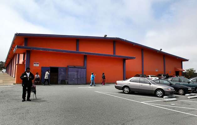 Serra Bowl, located in Daly City, closed it's doors to business on Sunday after 51 years of operation. Generations of bowlers met at Serra Bowl in Daly City on Sunday for the alley's final day of operation. The Serra Bowling alley opened 51 years ago, and has hosted many community supportive events. Photo: Kevin Johnson, The Chronicle