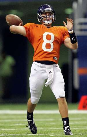 FOR SPORTS - Eric Soza passes during the 2012 UTSA Football Fiesta Spring Game held Sunday April 15, 2012 at the Alamodome. Photo: EDWARD A. ORNELAS, SAN ANTONIO EXPRESS-NEWS / © SAN ANTONIO EXPRESS-NEWS (NFS)