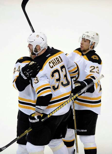 Boston's Zdeno Chara (33) celebrates his goal with teammates Dennis Seidenberg (44) and Chris Kelly (23). Photo: Nick Wass / FR67404 AP