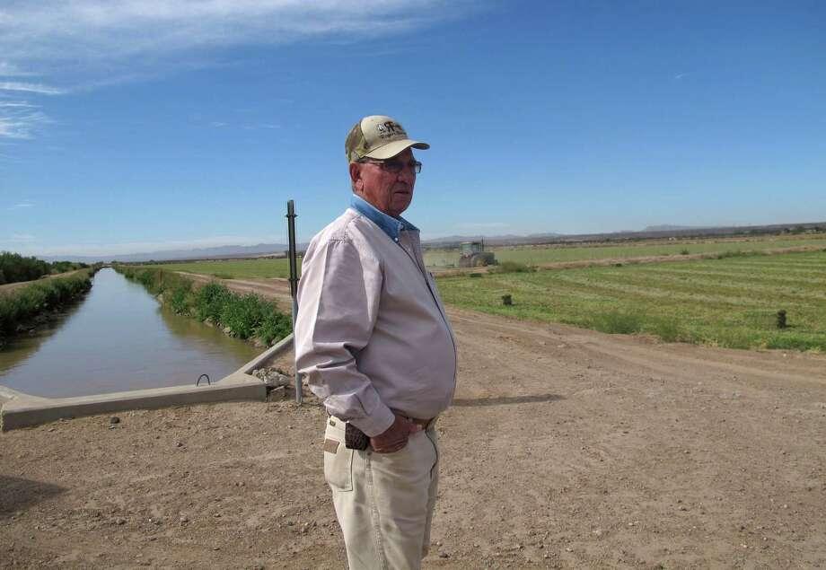 El agricultor estadounidense Jerry Rogers, habla sobre la falta de agua en su campo de alfalfa en Clint, Texas. Photo: Juan Carlos Llorca / AP
