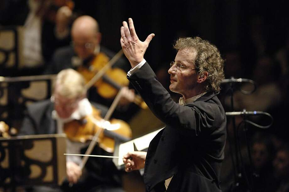 Franz Welser-Möst conducts the Cleveland Orchestra Photo: Roger Mastroianni