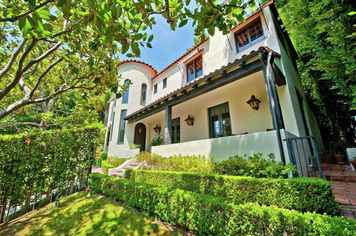 Talk show host Craig Kilborn has sold his house in the Hollywood Hills West area for $2.9 million.