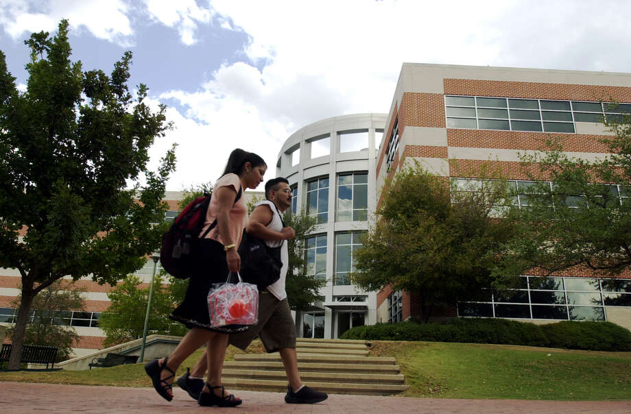 San Antonio College is among the various local venues that offer higher academic credentials. Photo: File Photo, San Antonio Express-News / EN