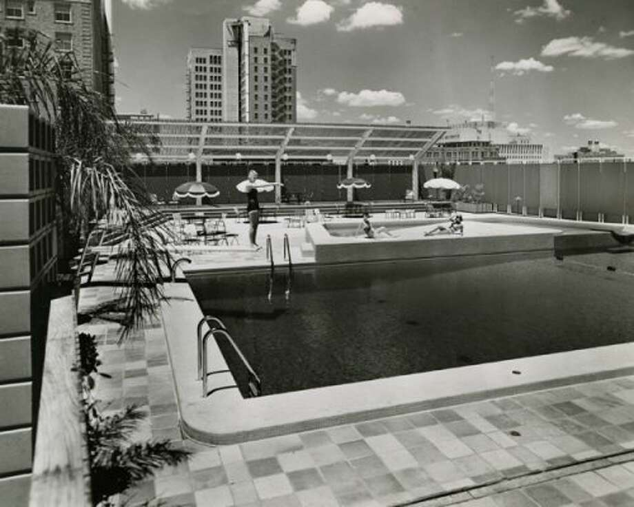 Ben Milam Hotel swimming pool, Aug. 23, 1957. (Harper Leiper Studios / Chronicle file)