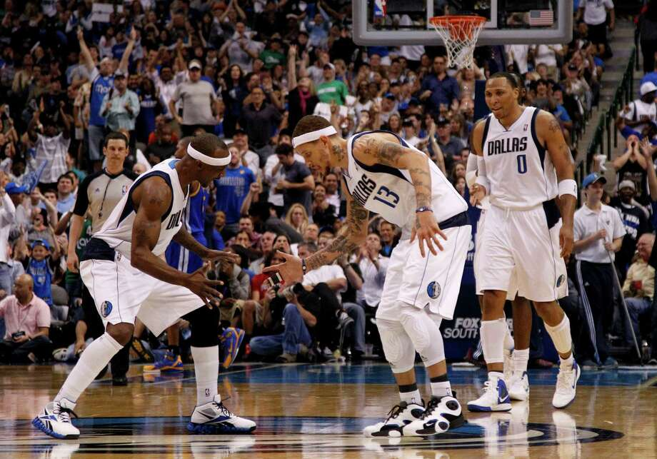 Jason Terry (left) congratulates Mavericks teammate Delonte West for his buzzer-beating three at the end of the third quarter. Photo: AP