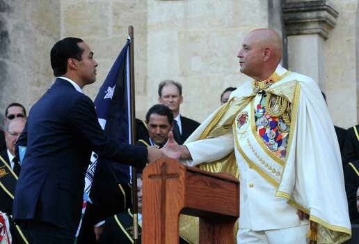 Rey Feo LXIV Richard Ojeda greets Mayor Julian Castro during his coronation ceremony in Main Plaza on Friday, April 20, 2012. Billy Calzada / Express-News Photo: BILLY CALZADA, SAN ANTONIO EXPRESS-NEWS / San Antonio Express-News