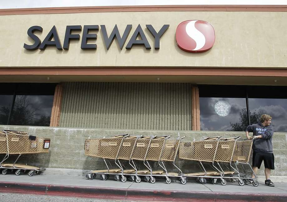North America's second-largest supermarket chain, Safeway owns 1,678 stores across the United States and Canada, including this one in Cupertino. Photo: Paul Sakuma, AP