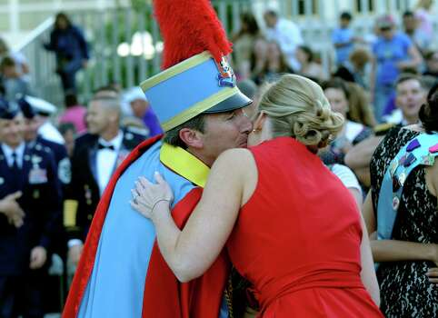 King Antonio XC Tom Green kisses his wife, Carrie, after his investiture in Alamo Plaza on Saturday, April 21, 2012. Billy Calzada / Express-News Photo: BILLY CALZADA, SAN ANTONIO EXPRESS-NEWS / San Antonio Express-News