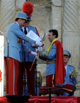 The new King Antonio, Tom Green, receives a sabre from outgoing King William Franklin Mitchell during his investiture in Alamo Plaza on Saturday, April 21, 2012. Billy Calzada / Express-News Photo: BILLY CALZADA, SAN ANTONIO EXPRESS-NEWS / San Antonio Express-News