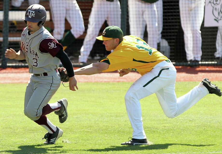 Baylor's Cal Towey tags out Texas A&M's Jace Statum in a rundown between home and third base in the sixth inning of an NCAA college baseball game, Sunday, April 22, 2012, in Waco, Texas. Baylor won 7-5 and swept the three-game series. Photo: AP