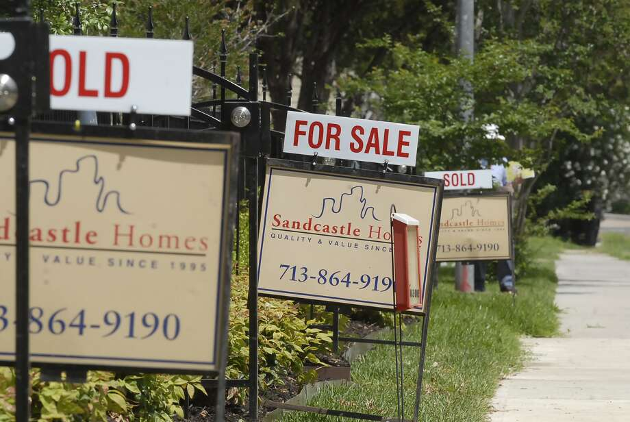 A row of signs on West 25th Street represents the flurry of interest in townhomes. Photo: Tony Bullard / © Tony Bullard & the Houston Chronicle