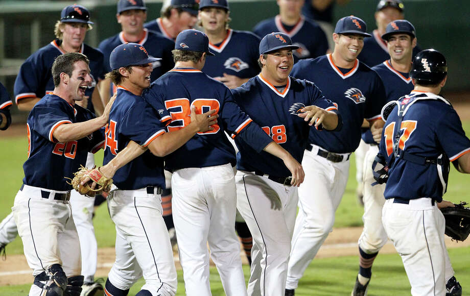 UTSA's players rush onto the field to mob relief pitcher Matt Sims after he finished off their upset of No. 1 Baylor at Wolff Stadium. The Roadrunners are 18-23 this season. Photo: TOM REEL, San Antonio Express-News / San Antonio Express-News