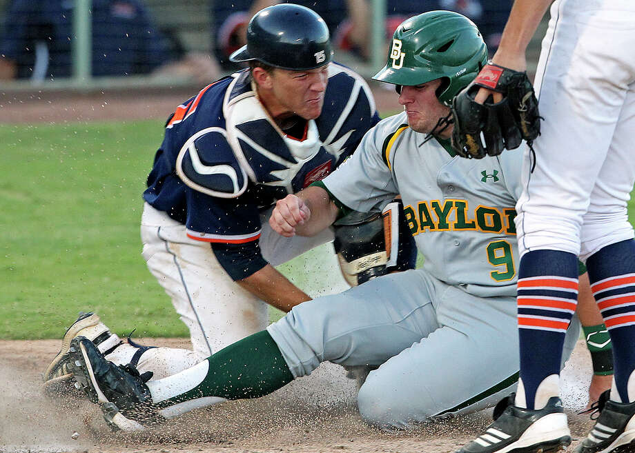 Roadrunners catcher John Bormann gets the tag out on the Bears' Max Muncy to start a decisive double play that halts a Baylor threat as UTSA hosts Baylor at Wolff Stadium on Tuesday, April 24, 2012. Photo: TOM REEL, San Antonio Express-News / San Antonio Express-News