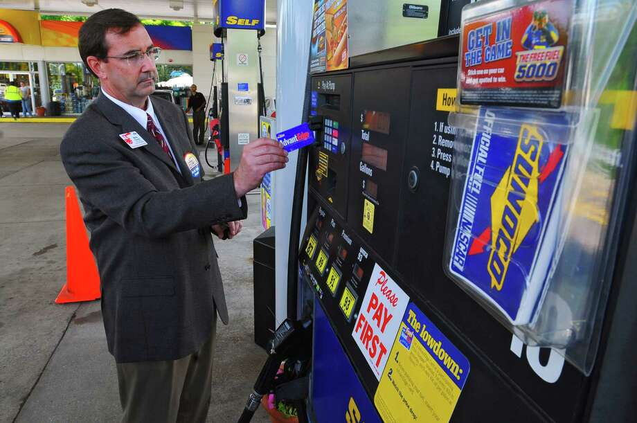 "Mark Chandler, vice president of supply chain integration for Price Chopper, demonstrates the new ""Fuel AdvantEdge"" card on a Sunoco gas pump at a station on Washington Avenue in Albany,  on June 15, 2009.  (Philip Kamrass  /  Times Union) Photo: PHILIP KAMRASS / 00004340A"