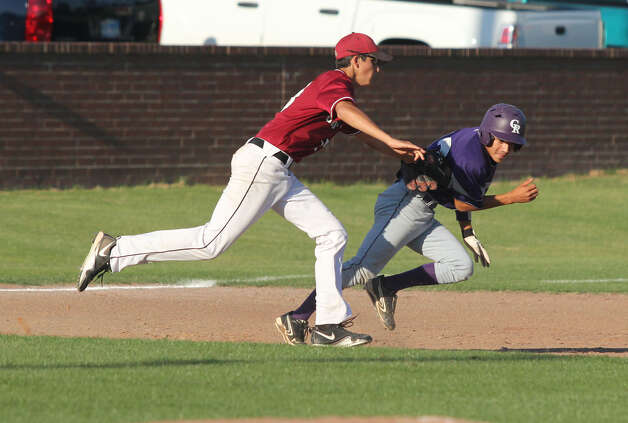 Jasper's Jake Dufner applies a tag to a Center baserunner during a rundown play. Photo: Jason Dunn