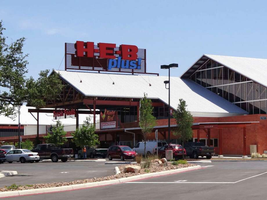 The new H-E-B Plus at Loop 1604 and Bandera Road is built on 44 acres and has over 1,180 parking spaces. Photo: BILLY CALZADA, San Antonio Express-News / SAN ANTONIO EXPRESS-NEWS